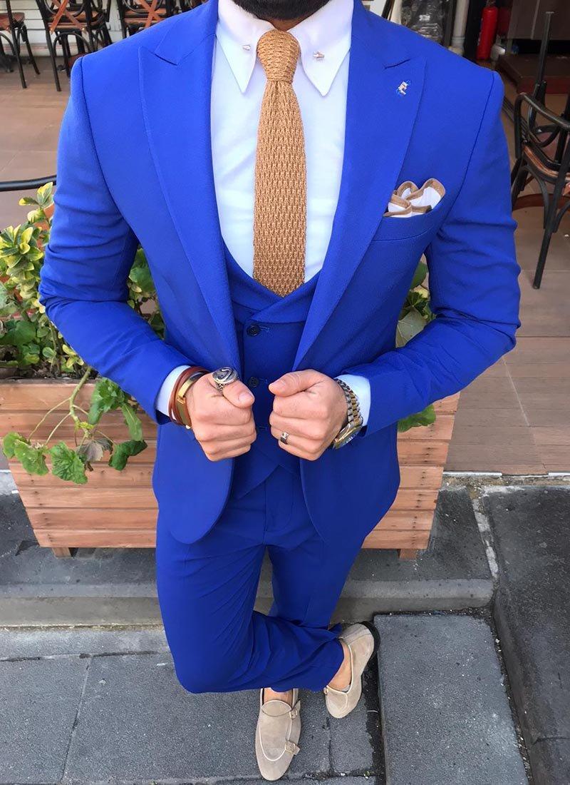 Мъжки костюм в наситено синьо
