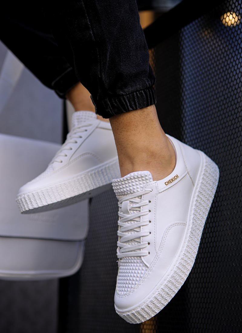 Мъжки обувки бял цвят релефни
